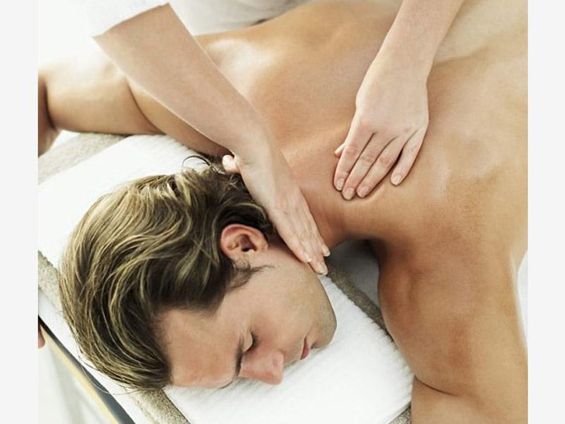 490 din. umestoredovne cene od 1300 din. zaTERAPEUTSKU MASAŽU celog tela u trajanju od 60 min. u ldquoCentru za estetiku i lepotu Artesldquo Braće Ribnikar 63, u NovomSadu TERAPEUTSKA MASAŽA  Terapeutska masaža predstavlja spoj dugih kružnih pokreta, stiskanja sa rukama i laktovima, dodatno obogaćena mescaronavinom esencijalnih ulja koja znatno redukuju bol i uspescaronno otklanjaju nakupljenu napetost. Ovom masažom pospescaronuje se mikrocirkulacija i opuscarontanje miscaronića leđa i vrata, uspescaronna je kod razbijanja naslaga mlečne kiseline (čvorića), otklanja se stress i snažno deluje na opuscarontanje svih blokada u telu. Savrscaronen izbor nakon napornog radnog dana ili nakon nekog vrlo stresnog događaja. Trajanje masaže 1h.