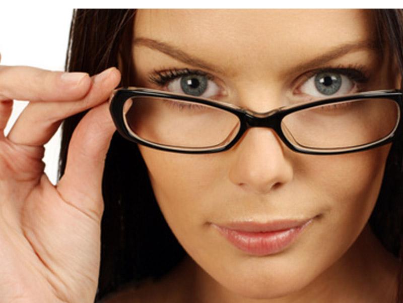 1890 din umesto redovne cene od 5500 din. za dioptrijski ram i stakla u Optici ldquoOptilandrdquoBulevar oslobođenja 61,,Novi Sad Ako se ne deluje preventivno problemi sa vidom mogu da napreduju, i ako nosite naočare koje viscarone nisu za vas one mogu da prouzrokuju probleme sa vidom i ozbiljne glavobolje. Mnogobrojna istraživanja dokazuju kakav utisak nascaron spoljascaronnji izgled ostavlja na okolinu, postoji nekolicina njih kojima je utvrđeno da ljudi koji nose dioptrijske naočare izgledaju ozbiljnije, inteligentnije i samopouzdanije. Bez obzira na to da li se slažete sa tim ili ne, ukoliko su vam potrebne dioptrijske naočare, odaberite one koje na najbolji način pristaju obliku vascaroneg lica i vascaronem tenu, ali i da su istovremeno moderne, scaronto će vam pomoći da ujedno i ostavljate utisak osobe koja ima stila. Optičarska radnja
