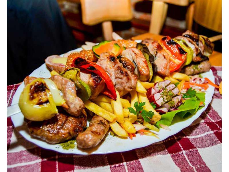 599 din. umesto redovne cene od 1660 din. zaMescaronano meso sa prilogom (oko 800 gr.)+ dve supe + dva kolača po izboru (tulumbe, ili crni kolač ili pita sa jabukama) u restoranu Konoba Akustik ul.Cara Duscaronana 13, Dorćol, Beograd! Porciju mescaronanog mesa - vescaronalica, pileće belo i batak, domaća kobasica i ćevapi + pomfrit za dvoje Dezert: tulumbe, ili čokoladni kolač ili pita sa jabukama. Autentični restoran srpske kuhinje
