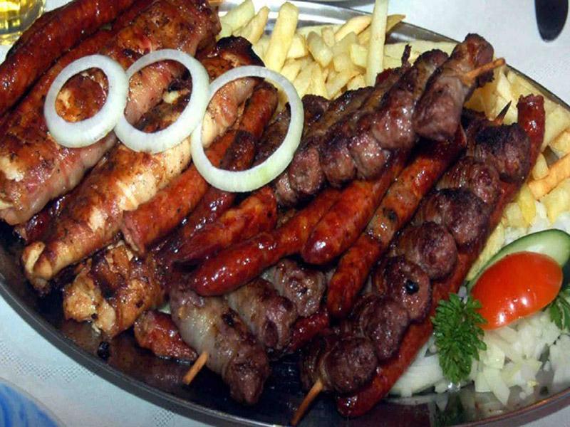 790 din. umesto redovne cene od 1660 din. zaMescaronano meso sa prilogom (oko 800 gr.)+ dve supe + dva kolača po izboru (tulumbe, ili crni kolač ili pita sa jabukama) u restoranu Konoba Akustik ul.Cara Duscaronana 13, Dorćol, Beograd! Porciju mescaronanog mesa - vescaronalica, pileće belo i batak, domaća kobasica i ćevapi + pomfrit za dvoje Dezert: tulumbe, ili čokoladni kolač ili pita sa jabukama. Autentični restoran srpske kuhinje