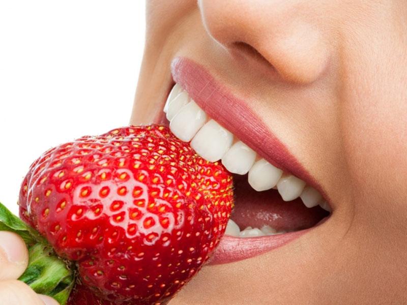690 din.umesto 2000 din za stomatoloscaronku uslugu po izboru : ultrazvučno uklanjanje kamenca i poliranje zuba ili jednopovrscaroninsko plombiranje zuba belom plombom ili rutinsko vađenje zuba uz anesteziju  u stomatoloscaronkoj ordinaciji bdquoNS-Dental ldquo Đorđa Jovanovića 8 u Novom Sadu. U stomatoloscaronkoj ordinaciji bdquoNS-Dental ldquou zavisnosti od toga scaronta je Vascaronim zubima potrebno, uz konsultaciju stomatologa učinite sve scaronto treba da biste imali zdrav osmeh po super ceni.Stomatoloscaronke usluge po izboru su: 1.Ultrazvučno uklanjanje zubnog kamenca i poliranje zuba. Zubni kamenac koji u sebi sadrži veliki broj bakterija gomila se na vascaronim zubima, i izaziva upalu, krvarenje desni a može da dovede i do rasklimavanja i ispadanja zuba. To utiče ne samo na zdravlje vascaronih zuba, nego na zdravlje uopscaronte. Redovnim uklanjanjem zubnog kamenca obezbedićete zdrav i blistav osmeh. 2.Plombiranje jednog zuba belom plombom(plombiranje jednopovrscaroninskih plombi) uz anesteziju. 3. Vadjenje zuba sa anestezijom  Poseta zubaru većini ljudi predstavlja stres sam po sebi, a čekanje i često visoke cene taj stres dodatno pojačavaju. Popusti 021 imaju dobru vest za Vas,tako scaronto smo obezbedili da Vi kupujući vaučer na sajtu popusti021 u stomatoloscaronkoj ordinacijibdquoNS-Dental ldquo izaberete ultrazvučnouklanjanje kamencai poliranje zuba ilijednopovrscaroninsko plombiranje zuba belom plombom ili vađenje zuba sa anestezijom po ceni od 690 din umesto 2000 din .