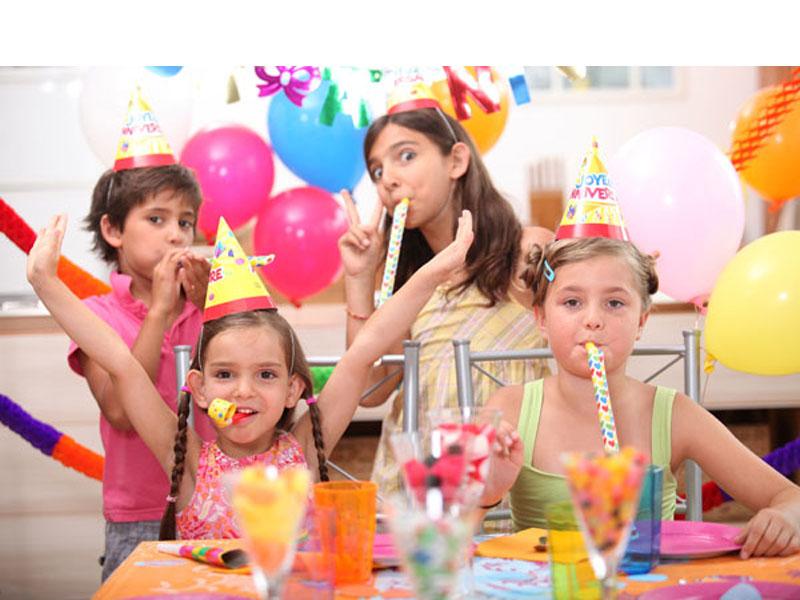 600 din vaučer kojim ostvarujete popust (4000 din.umesto redovne cene od 9800 din.) za proslavu rođendana za decu u ldquoO-KLUBrdquo-uu ulici Ignjata Pavlasa 2-4 (Pozoriscaronte mladih). Ako želite da istinski uživate u proslavi rođendana Vascaronih najmilijih i da Vas oko svih sitnih detalja ne hvata nervoza, organizaciju ove godine prepustite rođendaonici ldquoO-KLUBrdquo-jer oni imaju proveren tim koji će Vam pružiti savrscaronen rođendan . Uz vaučer dobijate i organizaciju kompletnog rođendanskog programa za vascarone klince i klinceze, dva sata sjajne zabave i divnih iznenađenja za klince bilo kog uzrasta! NS amp O-KLUB PAKET  Vreme trajanja rođendana: 2 sata Termini radni dan:16:30-18:30h 19-21h.(dobijate GRATIS HRANU ZA DECU I ODRASLE - 3kg. PECIVA kiflice) Termini VIKENDOM (subota i nedelja) : 9:30-11:30h12-14h14:30 - 16:30h 17-19h19:30-21:30h. (vikendom hrana ne ide gratis vec se narucuje iskljucivo iz nase O-Kuhinje) (OBAVEZNO NAZVATI ZA TERMIN I DOGOVOR OKO HRANE PRILIKOM KUPOVINE) Ponuda podrazumeva: Sokove i vodu za decu SLAVLJENIK DOBIJA SUPER SPECIJALNI POKLON VAUČER OD 17 GRATIS ULAZAKA U IGRAONICU uzrasta do 8 god.. (vrednost vaučera je 5100 dinara) Poklon karte za igraonicu za Vascarone goste (vrednost karte 300 din npr.25dece*300=7500) 3 kg peciva-kifle (ova stavka se ne odnosi na vikend sub. i ned. i državnim praznicima) Zakup rođendaonice (DISKOTEKE uz specijalne efekte) Igranje u igraonici ( uzrast dece do 8 god.) Animator/i, Zabavno-muzički program prilagođen uzrastu dece: Rezervacija za odrasle (prostor za puscaronače ili nepuscaronače) Celokupan asortiman posuđa ( tanjirići, salvete, kascaronike, čascarone, korpice...) ali samo za nascaron ketering Svetlosni efekti Pozivnice Kostim za slavljenika iz nascaroneponude Rođendansku tortu donosite Vi, uz potreban pribor (papirni tanjiri i viljuscaronkice)  Poscarontovani roditelji Rođendansku tortu Vi donosite uz obavezan pribor(tanjirići, salvete, kascaroničice, korpice...), Ukoliko mislite da je