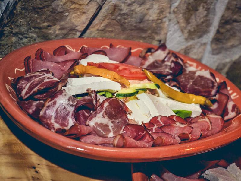 0 din za mix hladnog predjela za četiri osobe uz tamburascarone (njeguscaronka prscaronuta,goveđa i svinjska prscaronuta ,krascaronki vrat,pančeta,sir,masline) svim danima u novom lux restoranu