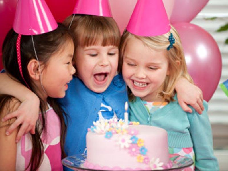 600 din vaučer kojim ostvarujete popust (4000 din.umesto redovne cene od 9800 din.) za proslavu rođendana za decu u ldquoO-KLUBrdquo-uu ulici Ignjata Pavlasa 2-4 (Pozoriscaronte mladih). Ako želite da istinski uživate u proslavi rođendana Vascaronih najmilijih i da Vas oko svih sitnih detalja ne hvata nervoza, organizaciju ove godine prepustite rođendaonici ldquoO-KLUBrdquo-jer oni imaju proveren tim koji će Vam pružiti savrscaronen rođendan . Uz vaučer dobijate i organizaciju kompletnog rođendanskog programa za vascarone klince i klinceze, dva sata sjajne zabave i divnih iznenađenja za klince bilo kog uzrasta! NS amp O-KLUB PAKET  Broj dece: NEOGRANIČEN Vreme trajanja rođendana: 2 sata Termini radni dan:16:30-18:30h 19-21h.(dobijate GRATIS HRANU ZA DECU I ODRASLE - 3kg. PECIVA kiflice) Termini VIKENDOM (subota i nedelja) : 9:30-11:30h12-14h14:30 - 16:30h 17-19h19:30-21:30h. (vikendom hrana ne ide gratis vec se narucuje iskljucivo iz nase O-Kuhinje) (OBAVEZNO NAZVATI ZA TERMIN I DOGOVOR OKO HRANE PRILIKOM KUPOVINE) Ponuda podrazumeva: Sokove i vodu za decu SLAVLJENIK DOBIJA SUPER SPECIJALNI POKLON VAUČER OD 17 GRATIS ULAZAKA U IGRAONICU uzrasta do 8 god.. (vrednost vaučera je 5100 dinara) Poklon karte za igraonicu za Vascarone goste (vrednost karte 300 din npr.25dece*300=7500) 3 kg peciva-kifle (ova stavka se ne odnosi na vikend sub. i ned. i državnim praznicima) Zakup rođendaonice (DISKOTEKE uz specijalne efekte) Igranje u igraonici ( uzrast dece do 8 god.) Animator/i, Zabavno-muzički program prilagođen uzrastu dece: Rezervacija za odrasle (prostor za puscaronače ili nepuscaronače) Celokupan asortiman posuđa ( tanjirići, salvete, kascaronike, čascarone, korpice...) ali samo za nascaron ketering Svetlosni efekti Pozivnice Kostim za slavljenika iz nascaroneponude Rođendansku tortu donosite Vi, uz potreban pribor (papirni tanjiri i viljuscaronkice)  Poscarontovani roditelji Rođendansku tortu Vi donosite uz obavezan pribor(tanjirići, salvete, kascaroničice, korpice...)