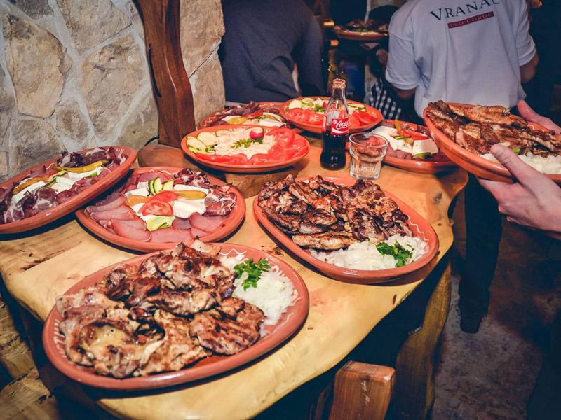 20 ćevapa i dezert za dvoje za 390 din. umesto redovne cene od 1360 din. u restoranu Konoba Akustik Braće Popović 1, Novi Sad! Dezert: tulumbe, ili crni kolač ili pita sa jabukama.  Ovo je najmladji restoran u nasem lancu, otvoren 10.01.2015. ali slobodno možemo reći da je ovaj restoran kruna dosadascaronnjeg iskustva u ovoj oblasti I ispunjen najlepscaronim detaljima ostalih restorana... On predstavlja spoj stare beogradske kafanske, tradicionalne vojvođanske, bosanske i crnogorske kuhinje... A sve ovo pod krovom prelepog etno ambijenta čiji je dragulj veliko ognjiscaronte smescaronteno u centru restorana gde se pred gostima spremaju specijaliteti kao scaronto su svadbarski kupus, teleći sač, kolenice, bosanski lonac ... I ono najvažnije za potpuni ugođaj SVAKO VEČE će najlepscarone kafanske pesme izvoditi novosadski tamburascaroni... www.konobaakustik.rs Dobro doscaronli i PRIJATNO!
