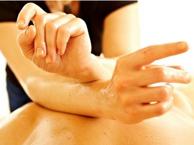 Balinežanska masaža celog tela u trajanju od 60 minuta za samo 790 din. u ldquoCentru za estetiku i lepotu ldquoBraće Ribnikar 63 u Novom Sadu. Bali masaža Bali masaža koristi se vekovima za regeneraciju i učvrscaronćivanje tela te pomaže isceliti telo i um. Ova tradicionalna terapija kombinuje istezanje, duge poteze, tehnike pritiskanja dlanovima i palčevima oko energetskih meridijana u telu kako bi se opustila napetost miscaronića i stimulisao limfni sistem koji će tada moći započeti regenerativno delovanje i dovesti do olakscaronavanja napetosti, poboljscaronanja protoka krvi, ublažavanja stresa i smirivanja uma.  . Dobra masaža pomoći će Vam da opustite svaki miscaronić, da zaboravite na sve stresove, obaveze i dozvolite svom telu odmor i regeneraciju . Terapija masažom je jedna od najstarijih metoda lečenja, smatra se da se koristi već 5000 godina. Koreni masaže vode poreklo iz Kine gde se pre 4700 godina koristila za ublažavanje bola nastalog od tescaronkog fizičkog posla.Terapija masažom najčescaronće se koristi za mentalno opuscarontanje posle dugotrajnog stresa, i ublažavanje bola u leđima i vratu prouzrokovanih dugotrajnim sedenjem. Pozitivni efekti masaže su mnogobrojni: Ona scaroniri krvne sudove poboljscaronava ishranu ćelija, poboljscaronava elastičnost i regeneraciju kože, opuscaronta miscaroniće, podstiče probavu, ubrzava metabolizam, pospescaronuje izbacivanje scarontetnih materija iz organizma, smanjuje bol i napetost, deluje pozitivno na unutrascaronnje organe. Zato dozvolite svom telu da uživa ! Bićete zdraviji i aktivniji !