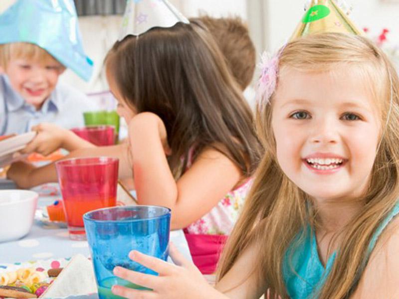 600 din vaučer kojim ostvarujete popust od 51% (4000 din.umesto redovne cene od 9900 din.) za proslavu rođendana za decu u ldquoO-KLUBrdquo-uu ulici Ignjata Pavlasa 2-4 (Pozoriscaronte mladih). Ako želite da istinski uživate u proslavi rođendana Vascaronih najmilijih i da Vas oko svih sitnih detalja ne hvata nervoza, organizaciju ove godine prepustite rođendaonici ldquoO-KLUBrdquo-jer oni imaju proveren tim koji će Vam pružiti savrscaronen rođendan . Uz vaučer dobijate i organizaciju kompletnog rođendanskog programa za vascarone klince i klinceze, dva sata sjajne zabave i divnih iznenađenja za klince bilo kog uzrasta! NS amp O-KLUB PAKET  Broj dece: NEOGRANIČEN Vreme trajanja rođendana: 2 sata Termini radni dan:16:30-18:30h 19-21h.(dobijate GRATIS HRANU ZA DECU I ODRASLE - 3kg. PECIVA kifla stapic oko 180 komada nezavisno od broja dece i odraslih )  Termini VIKENDOM (subota i nedelja) : 9:30-11:30h12-14h14:30 - 16:30h 17-19h19:30-21:30h. (vikendom hrana ne ide gratis vec se narucuje iskljucivo iz nase O-Kuhinje) (OBAVEZNO NAZVATI ZA TERMIN I DOGOVOR OKO HRANE PRILIKOM KUPOVINE) Ponuda podrazumeva: Sokove i vodu(iz aparata)za decu SLAVLJENIK DOBIJA SUPER SPECIJALNI POKLON VAUČER OD 17 GRATIS ULAZAKA U IGRAONICU uzrasta do 8 god.. (vrednost celodnevne karte je 300 din) Zakup rođendaonice (DISKOTEKE) Igranje u igraonici ( uzrast dece do 8 god.) Animator/i, Zabavno-muzički program prilagođen uzrastu dece: Rezervacija za odrasle (prostor za puscaronače ili nepuscaronaće) Celokupan asortiman posuđa( tanjirići, salvete, kascaronike, čascarone, korpice...) samo za nascaron katering  Specijalni efekti: dim, sneg ili balon mascaronina-JEDAN PO IZBORU SLAVLJENIKA Pozivnice  Poscarontovani roditelji Rođendansku tortu Vi donosite uz obavezan pribor(tanjirići, salvete, kascaroničice, korpice...), Ukoliko mislite da je gratis hrana koju dobijate radnim danima nedovoljna imate mogućnost da naručite dodatnu hranu iz nascarone kuhinje i ketering ponude.Hranu i piće za odrasle je zabr