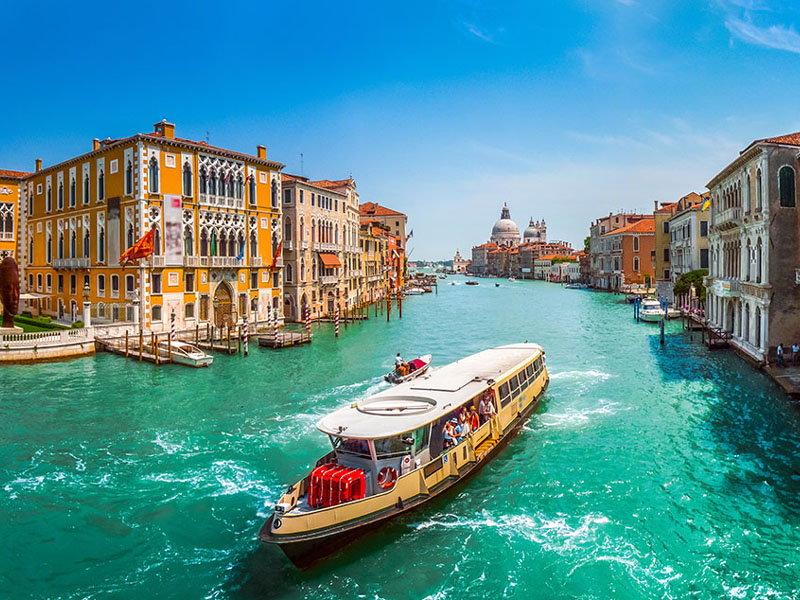 300 din. Vaučer kojim ostvarujete aranžman  agencijeOKTOPOD travel, za putovanje--Venecija--za 25 Evr SEVERNA ITALIJA - 3 dana sa fakultativnim obilaskom Venecije Termini: Cena aranžmana 29.11 - 01.12.2019. 25 euro Venecija  Venecija je čuveno turističko mesto u severoistočnoj Italiji, na Jadranskom moru, koja predstavlja upravno srediscaronte regije Veneto. Od Beograda je udaljena skoro 800 km. Nekada poznata kao prestonica Mletačke republike, smescarontena u laguni i danas sa ponosom nosi epitet ldquoLA SERENISSIMArdquo. PROGRAM PUTOVANJA: 1.dan (petak) BEOGRAD ndash HRVATSKA ndash SLOVENIJA  Polazak iz Beograda sa glavne autobuske stanice BAS, centar Beograda, ulaz iz Karađorđeve ulice u 18.00 h i vožnja do Novog Sada iz koga je polazak u 19.30 sa parkinga ispred Lokomotive. Noćna vožnja preko Hrvatske i Slovenije sa usputnim zadržavanjima radi odmora.  2.dan (subota) PUNTO SABIONI ndash VENECIJA (fakultativa)  Dolazak u luku Punta Sabioni u jutarnjim satima. Fakultativna vožnja brodićem do ldquoKraljice Mediteranardquo - Venecije. Poseta gradu ldquokrilatog lavardquo započinje sa mesta čija je lepota toliko neobična i zasenjujuća da se ljudska čula nikada ne mogu dovoljno nadiviti i načuditi ndash Piazza San Marco. Najpoznatije gradjevine nekadascaronnje Mletačke republike: Palazzo Ducale, Bazilika San Marco sa replikom čuvenih antičkih konja, Biblioteka Marciana, Campanila sa čijeg vrha se vidi čitava laguna, astronomski sathellip Scaronetnja kroz lavirinte centralnog gradskog jezgra do kanala Grande i najstarijeg mosta Ponte Rialto. Kupiti sebi masku, suvenir toliko autentičan za ovaj grad. Slobodno vreme za uživanje. Popodnevni povratak brodicem do luke Punta Sabione. Polazak za Srbiju i noćna vožnja kroz Sloveniju i Hrvatsku sa pauzama radi odmora i obavljanja pasoscaronkih formalnosti. 3.dan (nedelja) SLOVENIJA ndash HRVATSKA - BEOGRAD Dolazak u mesto polaska u prepodnevnim satima. USLOVI PLAĆANJA I OSTALE NAPOMENE: Plaćanje se vrscaroni u dinarskoj protivv
