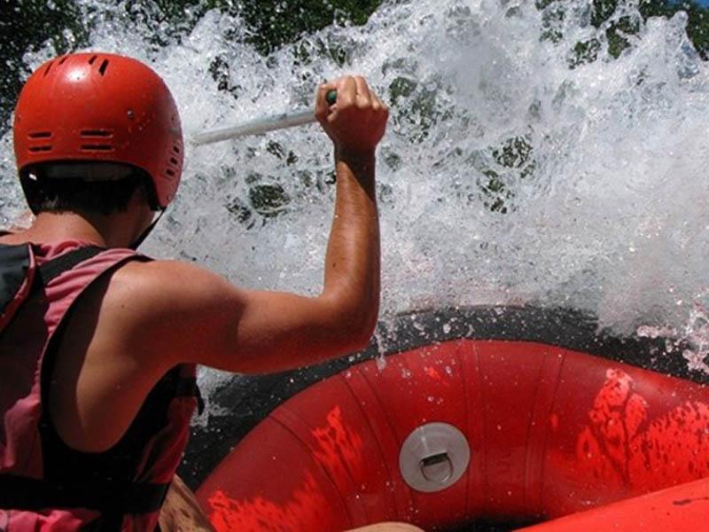 400 rsd.Vaučerkojim ostvarujete aranžman za Rafting na Tari za 35 evra (rafting +dva noćenja u bungalovima +prevoz u toku aranžmana+ takse) u kampu HIGHLANDER u Foči!  RAFTING NA TARI Izaberite ovo leto rafting u kanjon Tare i doživite nezaboravnu avanturu sa Highlander timom! Kuponi važe od 15.04. - 30.09.2020. Slobodna mesta možete proveriti putem e-maila adrese info@highlandertim.com telefona +387 65 475 201, Vibera ili WhatsApp-a. Kuponi važe za radne dane i ti datumi se mogu rezervisati ranije, a vikendi samo 7 dana pred vikend ukoliko ima mesta. Zovu je divlja reka, planinska lepotica, suza Evrope, ali tek kada uđete u njen kanjon, otisnete se niz njene talase i zaronite u njene bukove znaćete da je rafting u kanjonu Tare nescaronto najuzbudljivije i najlepscarone scaronto ste doživeli. Kanjon Tare je najdublja i najoscarontrija rečna dolina u Evropi, druga po veličini u svetu, nakon Kolorada u SAD-u. Plovna je celom svojom dužinom i pitka celim svojim tokom, a već četiri decenije njeno rečno korito proglascaroneno je bdquoSvetskom bascarontinom prirodnih dobara UNESCO-ardquo. Zato ovo leto ne propustite nascaronu ponudu. Izaberite RAFTING NA TARI SA HIGHLANDER TIMOM i upustite se u avanturu koja će vas ostaviti bez daha. Avanturu nakon koje ćete imati mnogo novih prijatelja i joscaron lepscaronih uspomena. Bogatstvo koje nema cenu. Rezerviscaronite svoje mesto u čamcu po ovoj neverovatnoj ceni. Umesto 85 evra za kompletan aranžman https://highlandertim.com/a3-rafting-na-tari-3/  platite 35 evra (plus vaučer) i dobijate: Rafting na Tari Dva noćenja u drvenim standardnim bungalovima Kompletnu rafting opremu (neopremsko odelo i obuća u Vascaronoj velićini, sigurnosni prsluk, kaciga i veslo) Taksu za rafting Boraviscaronnu taksu Prevoz terenskim vozilima u toku trajanja aranžmana (od kampa do polazne tačke za rafting) Licencirani skiperi za divlje reke Besplatan parking za Vascarona vozila *Hrana nije uključena u ponudu, niti prevoz od Vascarone lokacije do kampa